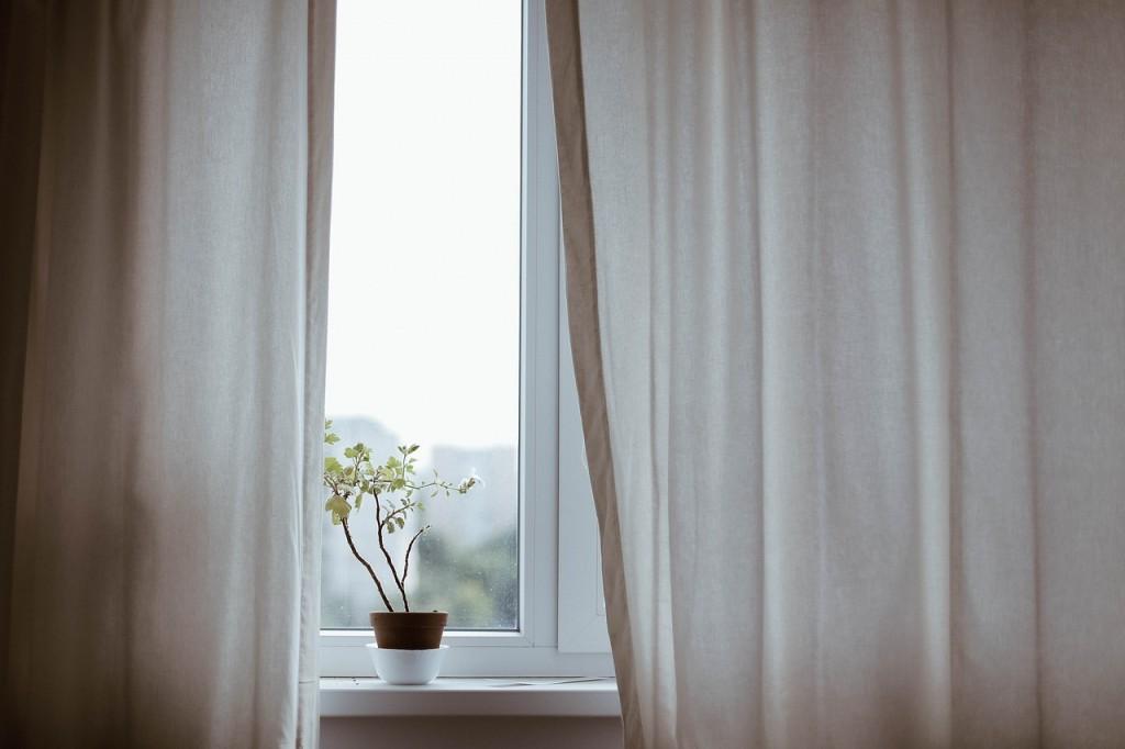 Sichschutz Fenster mit Vorhang